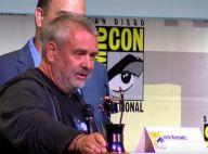 Luc Besson honoré et ivre de bonheur devant Cara Delevingne et sa femme Virginie