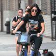 Kendall Jenner se promène à Vélo à New York le 24 juillet 2016.