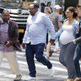 Bobby Brown et sa femme Alicia Etheredge, enceinte, se baladent main dans la main à Times Square à New York le 13 juin 2016