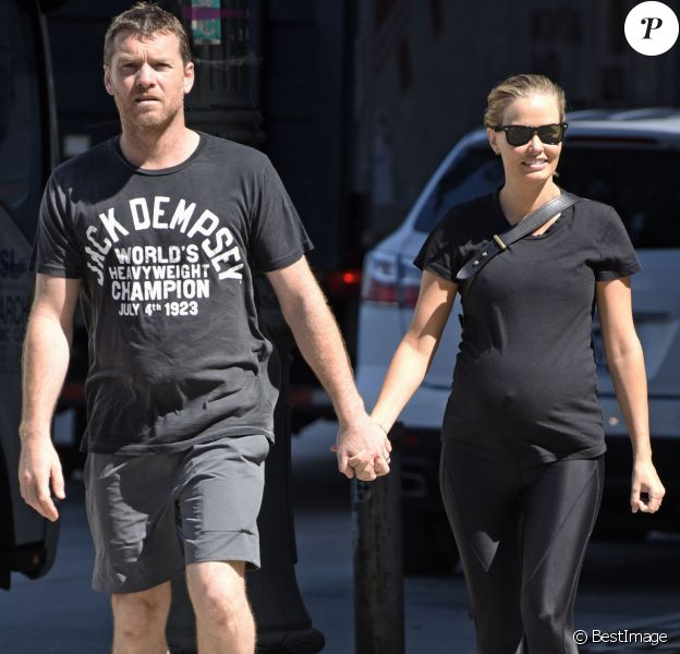 Exclusif - Lara Bingle, enceinte de son deuxième enfant, et son mari Sam Worthington, main dans la main, se rendent à un cours de gym à New York, le 4 août 2016.