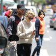 Exclusif - Sam Worthington et sa femme Lara Bingle se promènent de bon matin dans les rues de New York. Le 8 juin 2016