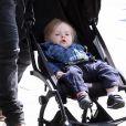 Sam Worthington promène son fils Rocket en poussette dans les rues de New York, le 11 mai 2016