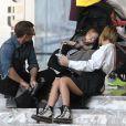 Sam Worthington et sa femme Lara Bingle se relaxent avec leur fils Rocket sur les marches du World Trade Center à New York, le 17 avril 2016