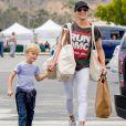 L'ex femme de Robin Thicke Paula Patton fait ses coures avec son fils Julian Thicke à Malibu le 15 mai 2016.