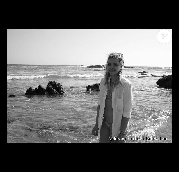 Chloë Grace Moretz lors d'une journée plage avec son amoureux Brooklyn Beckham. Photo publiée sur Instagram en août 2016