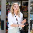Exclusif - Chloë Grace Moretz et son petit ami Brooklyn Beckham mettent de l'essence dans leur voiture à Los Angeles, le 4 aout 2016
