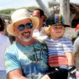 David Furnish et Elijah - Elton John et son mari David Furnish se baladent avec leurs enfants Zachary et Elijah à Saint Tropez le 12 août 2016.