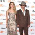 """Johnny Depp (habillé en Ralph Lauren) et sa compagne Amber Heard (robe Elie Saab) - Première du film """"The Danish Girl"""" au festival International du film de Toronto (TIFF) le 12 septembre 2015"""