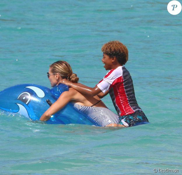 Exclusif -  Heidi Klum s'amuse avec ses enfants Henry, Johan, Leni et Lou dans les vagues lors de leurs vacances dans les Caraïbes, le 9 août 2016.
