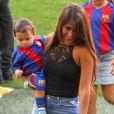Antonella Rocuzzo et ses enfants Matéo et Thiago- Match FC Barcelone - Betis Seville au Camp Nou. Barcelone, le 20 août 2016.