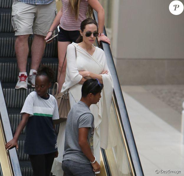 Exclusif - Angelina Jolie avec ses enfants Pax et Zahara dans le centre commercial Westfield à Los Angeles, le 14 août 2016. © CPA/Bestimage