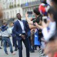 Paul Pogba - Les joueurs de l'équipe de France de football signent des autographes aux supporters à la sortie de l'Elysée à Paris le 11 juillet 2016.