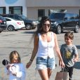 Kourtney Kardashian et ses enfants Penelope et Mason dans la rue à Malibu le 8 août 2016. © CPA/Bestimage