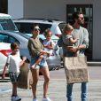 Kourtney Kardashian et son ex compagnon Scott Disick se promènent avec leurs enfants Mason, Penelope et Reign à Malibu, le 5 juin 2016