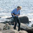 Taylor Swift et son nouveau compagnon Tom Hiddleston, de 10 ans son aîné, passent un moment assis sur les rochers, en amoureux, face à la mer. Les 2 tourtereaux s'enlacent, s'embrassent et posent pour quelques selfies. Westerly, Rhode Island, USA. Le 13 juin 2016.