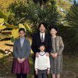 Photos officielles du prince Akishino du Japon, entouré de sa femme la princesse Kiko et de ses enfants la princesse Kako et le prince Hisahito, au palais Akasaka à Tokyo, en novembre 2014.