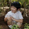 Le prince Hisahito du Japon qui fête ses 8 ans pose dans le jardin de la résidence familiale au Japon le 6 septembre 2014.