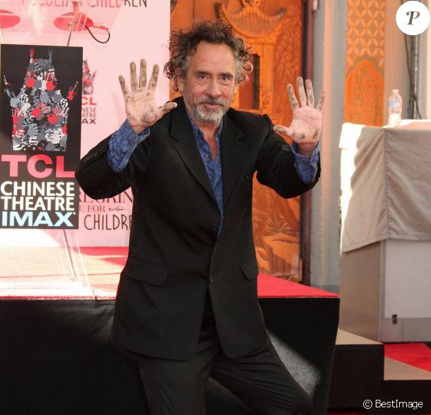 Tim Burton laisse ses empreintes dans le ciment hollywoodien au TCL Chinese Theater à Hollywood, le 8 septembre 2016