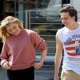 Exclusif - Prix spécial - Brooklyn Beckham et sa petite amie Chloë Grace Moretz se promène main dans la main à la sortie d'une pharmacie à Beverly Hills. Les amoureux portent les mêmes chaussures! Le 19 mai 2016