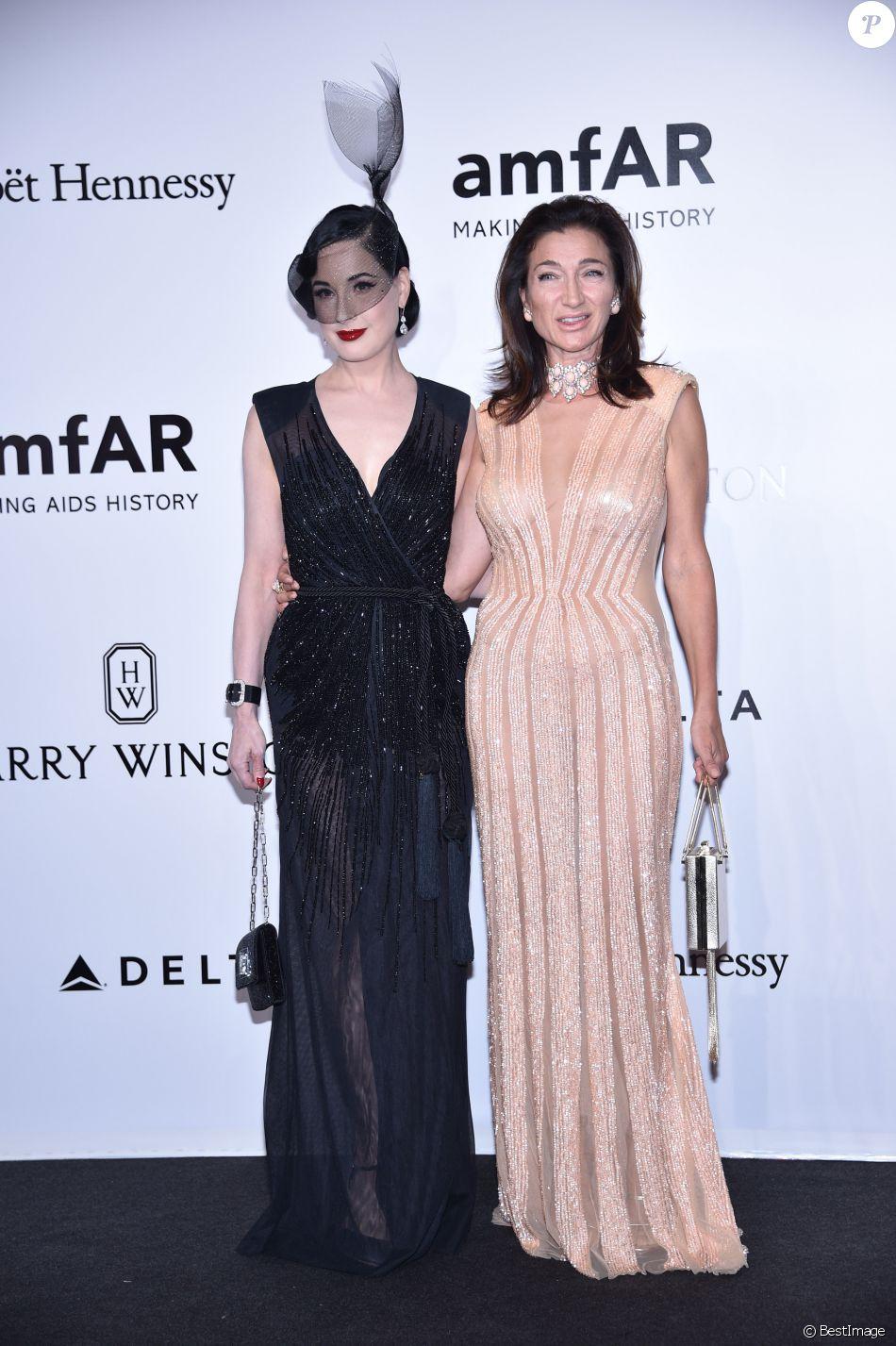 Dita von Teese et Elisabetta Franchi durant le photocall de la soirée AmfAR à Milan en Italie, le 24 septembre 2016