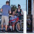 Exclusif - Alanis Morissette, son mari Mario Treadway et son fils Ever Imre Morissette-Treadway se baladent dans les rues de Malibu, le 27 septembre 2016
