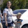 Exclusif - Alanis Morissette cherche des Pokemon avec son fils Ever Imre Morissette-Treadway dans les rues de Malibu, le 27 septembre 2016