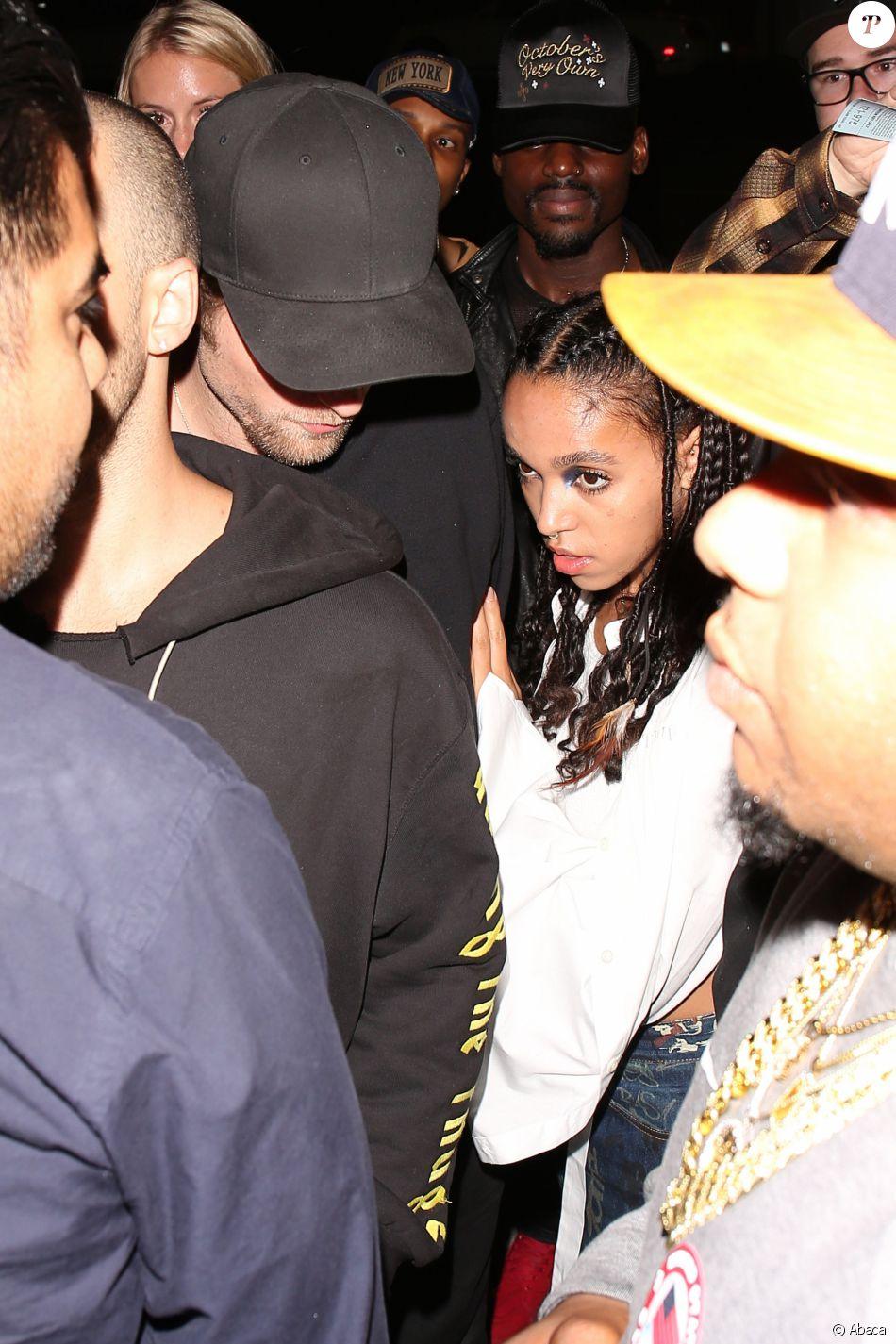 FKA twigs et Robert Pattinson quittent The Nice Guy, à l'issue de l'after-party privé du concert de Drake et Future. Los Angeles, le 29 septembre 2016.