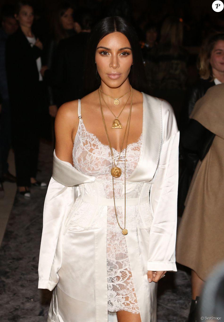 """Kim Kardashian au défilé de mode """"Givenchy"""", collection prêt-à-porter Printemps-Eté 2017 lors de la Fashion Week de Paris, France, le 2 Octobre 2016."""