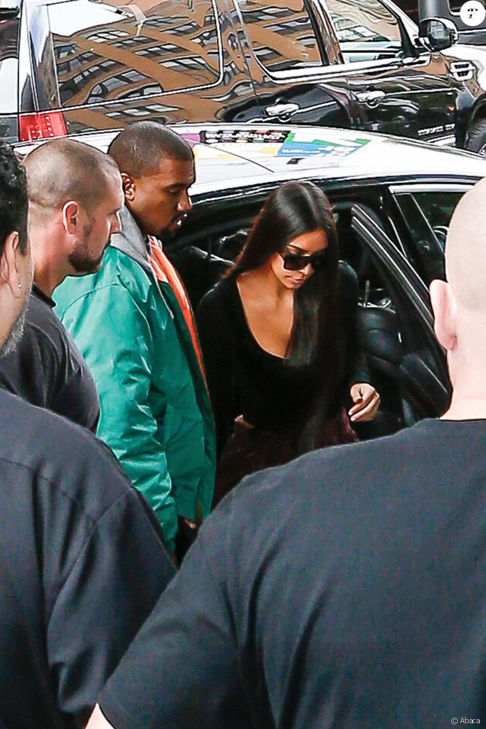 Kim Kardashian arrive à son appartement à New York le 3 octobre 2016. Elle est de retour de Paris où elle a été agressée et détroussée de 10 millions de dollars. Elle a quitté Paris en jet privé le 3 octobre au matin accompagnée de sa mère Kris Jenner. Son mari Kanye West est venu la chercher à l'aéroport Teterboro.