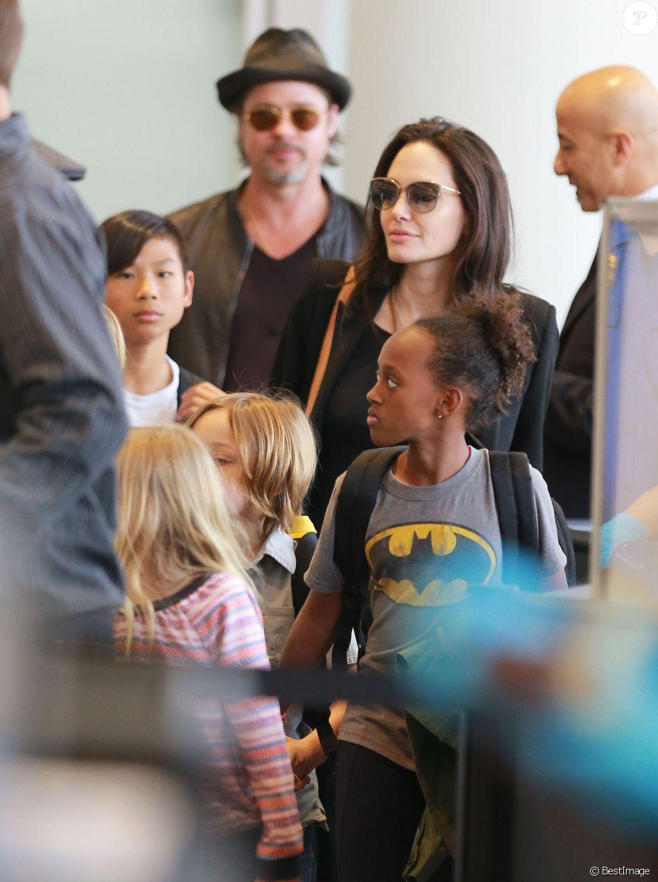 Brad Pitt, sa femme Angelina Jolie et leurs enfants Maddox, Pax, Zahara, Shiloh, Vivienne et Knox prennent l'avion à l'aéroport de Los Angeles le 6 juin 2015.