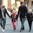 Naomi Watts et son compagnon Liev Schreiber en balade avec leurs enfants Alexander et Samuel à New York le 24 mars 2016.
