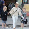 Naomi Watts se promène avec ses fils Alexander et Samuel à New York, le 18 avril 2016.