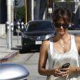 Halle Berry discute avec des amis dans les rues de West Hollywood, le 1er octobre 2016