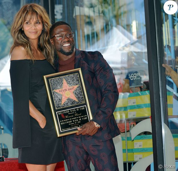 Kevin Hart reçoit son étoile sur le Hollywood Walk of Fame de Los Angeles, le 10 octobre 2016 en présence de Halle Berry.