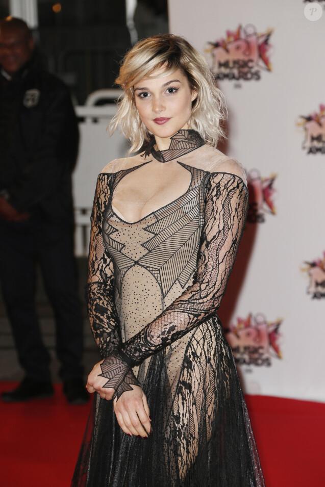 Camille Lou à la 17ème cérémonie des NRJ Music Awards 2015 au Palais des Festivals à Cannes, le 7 novembre 2015.
