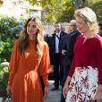 La reine Rania de Jordanie a fait visiter à la reine Mathilde de Belgique et à Alexander De Croo, vice-premier ministre et ministre de la coopération belge, la Jordan River Foundation et son showroom à Amman, Jordanie, le 25 octobre 2016, lors d'une visite de travail humanitaire de deux jours de la reine belge.
