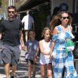 Tobey Maguire se balade avec sa femme Jennifer et ses enfants Otis et Ruby dans les rues de Malibu, le 3 juillet 2016
