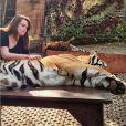 Camille Gottlieb, fille de la princesse Stéphanie de Monaco, avec un tigre lors d'un voyage en Thaïlande début 2016, photo Instagram.