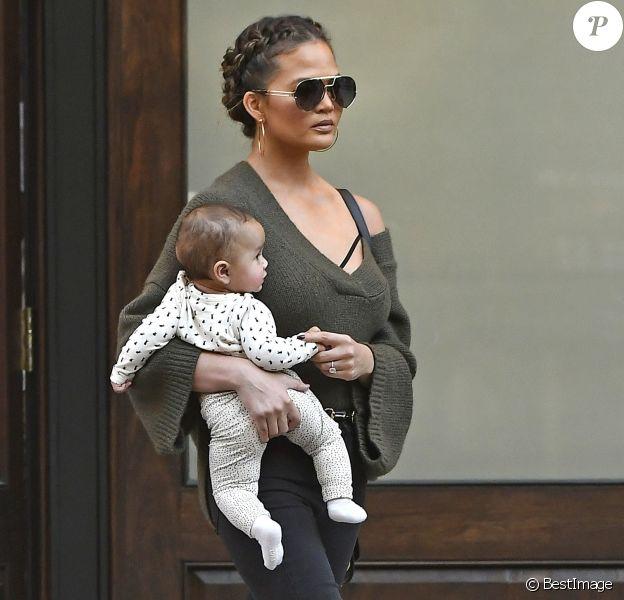 Chrissy Teigen et son mari John Legend à la sortie de l'hôtel Greenwich avec leur fille Luna à New York, le 16 octobre 2016.