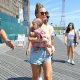 Chrissy Teigen, son mari John Legend et leur fille Luna se baladent sur la plage de Coney Island à New York City, le 28 août 2016.