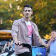 Joe Jonas fait du citi bike dans le quartier de Lower Manhattan à New York City, New York, Etats-Unis, le 19 octobre 2016.