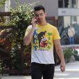 Joe Jonas va déjeuner avec un ami à West Hollywood. Los Angeles, le 12 octobre 2016.