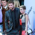 """Miley Cyrus et son fiance Liam Hemsworth, ensemble pour la première fois sur un tapis rouge depuis un an, a la première du film """"Paranoia"""" a Los Angeles, le 8 aout 2013"""