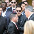 Le chanteur Marc Anthony et le président des Miami Marlins David Samson à la sortie des funérailles de Jose Fernandez le 29 septembre 2016 à Miami.
