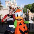 Gwen Stefani pose avec Donald pour Halloween à Disney Land à Anaheim, Californie, Etats-Unis, le 12 octobre 2016.