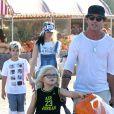 """Gwen Stefani, ses parents Patti et Dennis, son mari Gavin Rossdale et leurs enfants Zuma et Kingston achètent des citrouilles au """"Underwood Family Farms"""" à Moorpark, le 26 octobre 2014."""