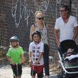 Gwen Stefani, son mari Gavin Rossdale et leurs fils Kingston, Zuma et Apollo Rossdale se promènent au bord du canal de Camden Lock à Londres, le 23 juillet 2014.