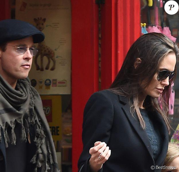 Brad Pitt, sa femme Angelina Jolie et leurs filles Vivienne et Zahara quittent un magasin de jouets à Londres le 12 mars 2016.