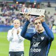 """Le trophée """"Player of the Tournament"""" décerné Antoine Griezmann lors du match de qualification pour la Coupe du Monde 2018, """"France-Bulgarie"""" au Stade de France à Saint-Denis, le 7 octobre 2016."""
