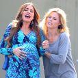 """Sofia Vergara et Julie Bowen sont sur le tournage de leur serie TV """"Modern Family"""" au magasin Costco a Van Nuys. Le 9 octobre 2012"""